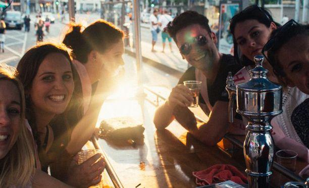 Pyörissä on kaljahanat, joista saa vapaasti laskea olutta. Osallistumismaksu on tyypillisesti ollut noin 35 euroa hengeltä.