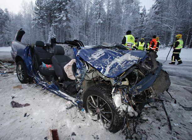 Nuorten Volvo V70 romuttui rajussa törmäyksessä täysin. Kyydissä matkasi kaveriporukka pohjoiseen hiihtämään.