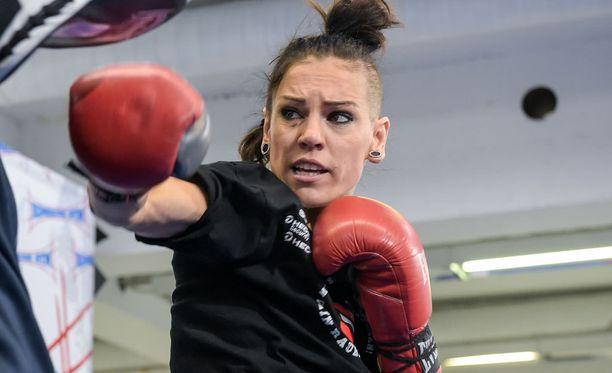 Eva Wahlströmin tuleva vastustaja menetti yllättäen IBF-mestaruusvyönsä.