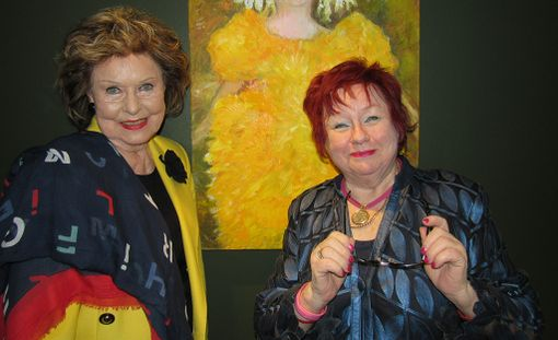 Teatterin aulassa näyttelijä, taidemaalari Tuija Piepponen toi seinille esille töitään, roolihahmoja vuosien varrelta. Vierellä vuoden 1963 Lontoon Euroviisujen Suomen edustaja Laila Halme.