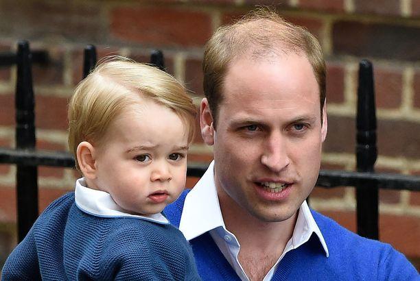 Vuonna 2015 prinssi Williamista tuli kahden lapsen isä, kun prinsessa Charlotte syntyi. Tässä hän poseeraa isoveljeksi tulleen prinssi Georgen kanssa.
