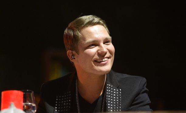 Räppäri Cheek kuvattuna Vain elämää -konsertissa vuonna 2012 ensimmäisen kauden jälkeisissä juhlatunnelmissa.