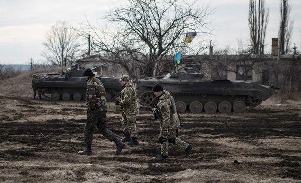 Ukrainan sotilaat vartioivat Debaltseven lähettyvillä Itä-Ukrainassa.
