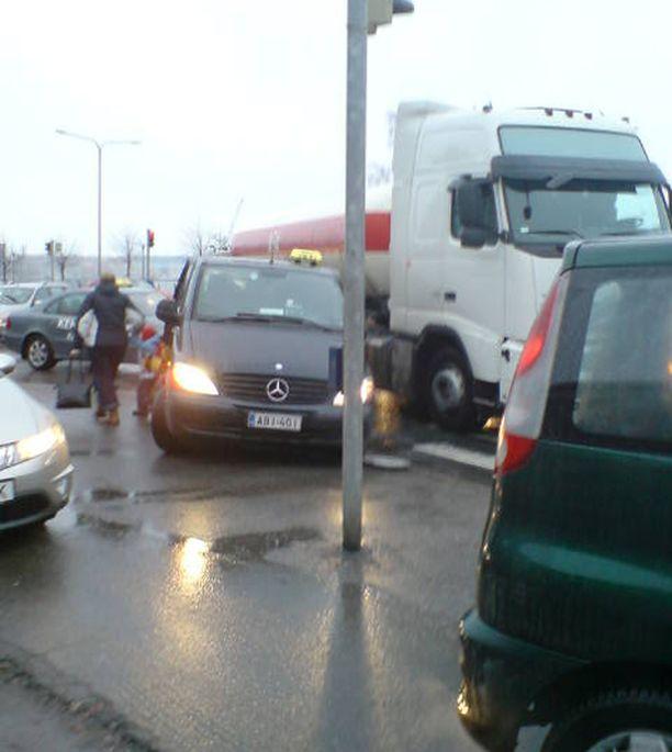 Taksi ja rekka kolaroivat Helsingissä Ruoholahdenkadulla.