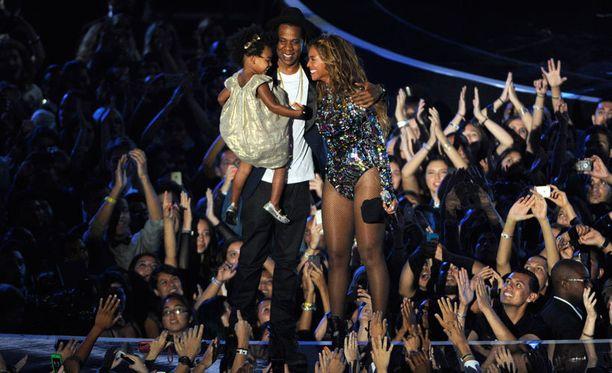 Beyoncé ja Jay Z näyttäytyivät pari päivää sitten yhdessä tyttärensä Blue Ivyn kanssa MTV:n Video Music Awardseissa.