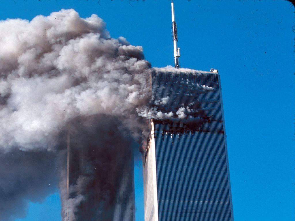 World Trade Centerin kaksoistornit tulessa 11. syyskuuta 2001.