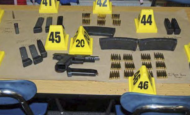 Poliisin löytämiä aseita ja luoteja.