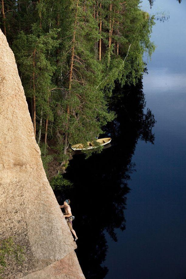 Kirjassa kerrotaan myös puistoissa työskentelevistä ja liikkuvista ihmisistä. Kuva Repoveden kansallispuistosta.