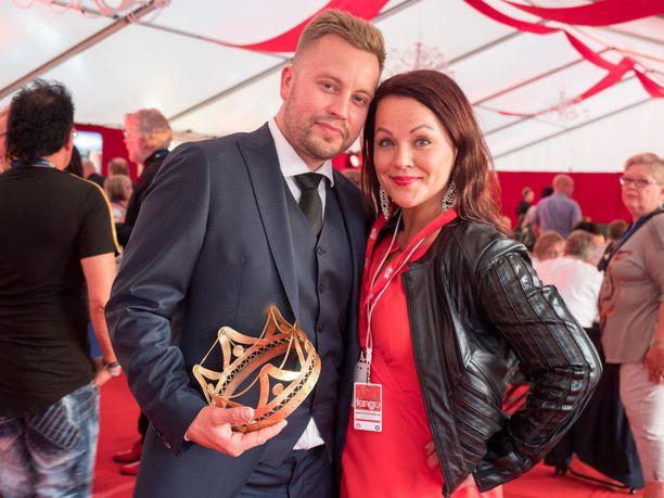 Vuoden 2013 tangokuningatar Heidi Pakarinen toimi kuningatarkummina tangokuningas Jarno Kokolle.- Tehtäväni on huolehtia, että Jarno on oikeassa paikassa oikeaan aikaan, Heidi huikkasi ja kiirehti jo poseeraamaan selfieen fanin kanssa.