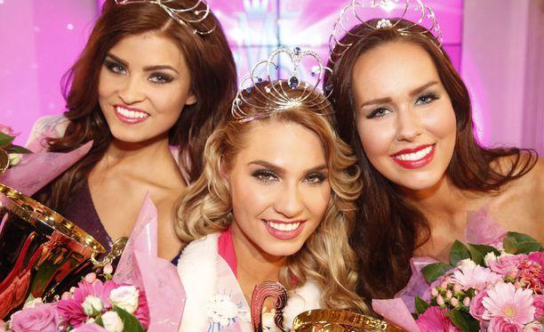 Vuoden 2015 Miss Suomi on Rosa-Maria Ryyti. Vasemmalla toinen perintöprinsessa Saara Ahlberg ja oikealla ensimmäinen perintöprinsessa Carola Miller.