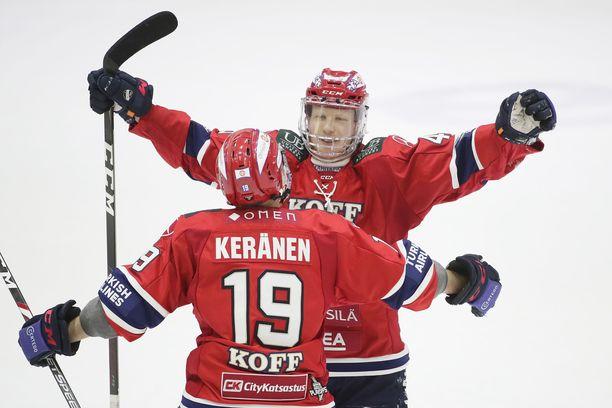 HIFK:n Micke-Max Åsten ja Juho Keränen juhlivat Åstenin 3–1-maalia.