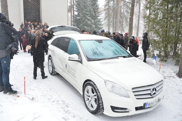 Hautajaissaattue matkasi Laajavuoren mäkimontulle, jossa yleisöllä oli mahdollisuus jättää jäähyväiset hiljaisen hetken muodossa.