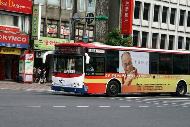 """Poliisille tulleen ilmoituksen mukaan mies oli nukkunut linja-autoasemalla """"kylmissä olosuhteissa"""". Sääpalvelu Accuweatherin mukaan elohopea laski Taipeissa viikonloppuna alimmilleen noin kymmenen asteen tuntumaan. Arkistokuvassa linja-auto Taipeissa vuonna 2012."""