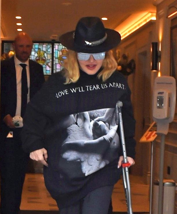 Madonna poistui sairaalasta aurinkolasit päässään, kainalosauvaan tukeutuen.