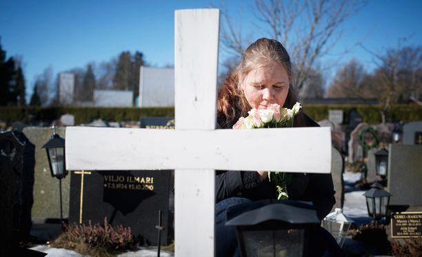 Mintun haudalla on edelleen valkoinen risti, sillä Sirkellä ei ole ollut varaa hankkia hautakiveä.
