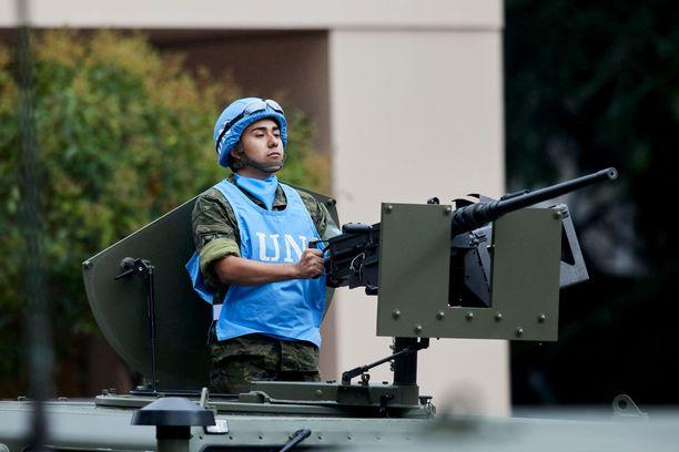 Espanjalainen sotilas YK:n rauhanturvajoukkojen uniformussa Madridissa Espanjan kansallispäivänä.