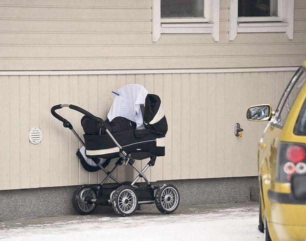 Vauva siepattiin vaunuista vauvan äidin ystävättären pihalta.