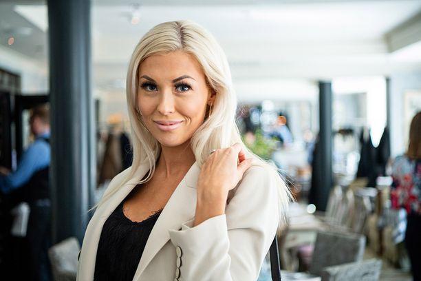 Myös Maisa Torppa nähdään Tuurin kyläkauppias -sarjassa. -Pohjanmaa on kuin toinen kotini, sillä mieheni sukujuuret ovat sieltä, Maisa kertoi, ja viittasi rallirakas Jari-Matti Latvalaan.