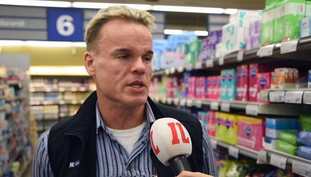 Nuoret muun muassa hipelöivät pullaosaston tuotteita ja suihkuttelevat kosmetiikkaosaston tuoksuja.