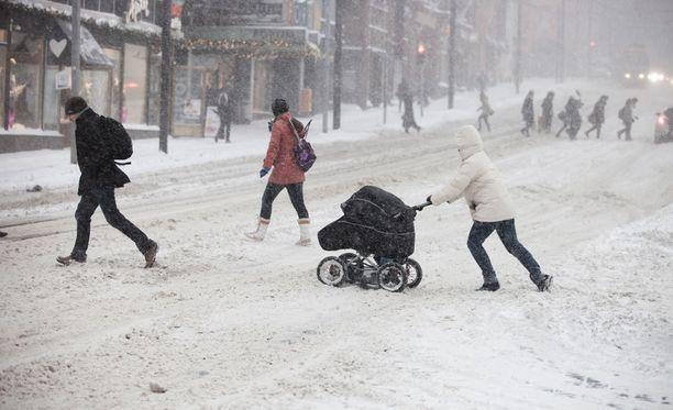 Pakkanen muuttuu purevaksi tiistai-iltana, jolloin Etelä-Suomessakin saadaan keskiviikkona sateet lumena.