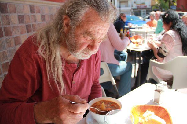 - Espanjassa pärjää pienelläkin eläkkeellä. Tämä keittolounas patongilla maksoi  Fuengirolan keskustassa 1,5 euroa, Nätsi sanoo ja kehuu paksun keiton makua.