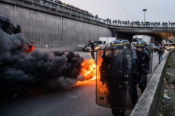 Autonrenkaita polttaneet taksikuskit ottivat poliisin kanssa yhteen Pariisin kehätiellä tiistaina.