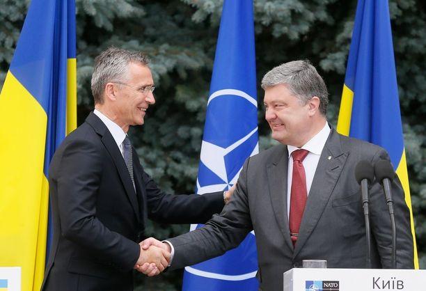 Naton pääsihteeri Jens Stoltenberg ja Ukrainan presidentti Petro Poroshenko tapasivat maanantaina Kiovassa.