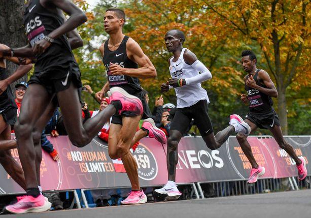 Eliud Kipchoge juoksi lauantaina maratonin alle kahden tunnin. Hänellä oli apunaan useita kirittäjiä.