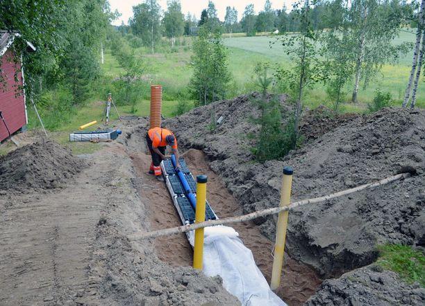 Esko Yli-Kujala rakensi vesiensuojeluyhdistyksen suunnitteleman moduulisuodatuskentän Parkanon Yliskylään harmaille vesille.