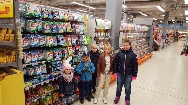 Lapset olivat innoissaan päästessään tutustumaan kauppaan sunnuntaiaamuna.