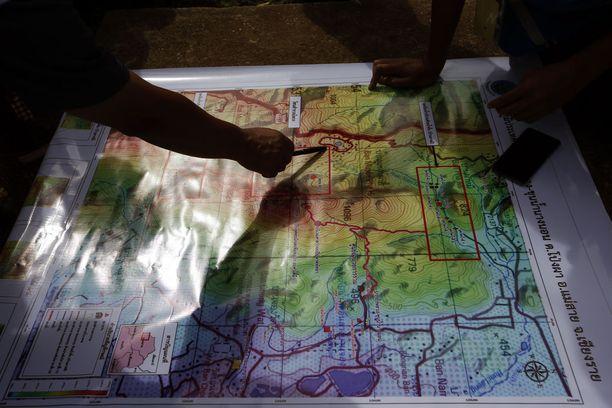 Pelastusoperaation osallistujat pyrkivät hahmottamaan luolan muotoa.