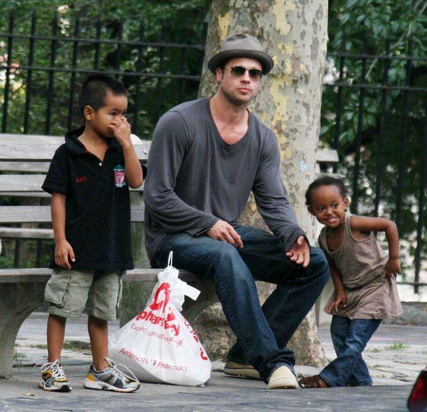 Brad Pitt Maddoxin ja Zaharan kanssa leikkipuistossa.