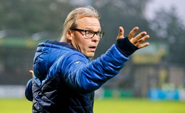 Kuopiolaisten päävalmentaja Marko Rajamäki ei ymmärtänyt päätuomari Miikka Lähdesmäen ratkaisuja.