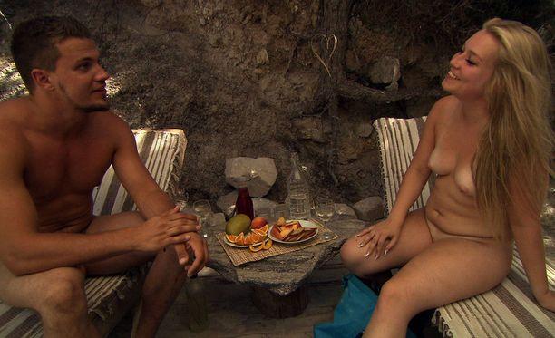 Yli 400 suomalaista tahtoi realitysarjaan, jossa etsitään alasti elämänkumppania. Joensuulainen huoltomies Antti tässä jutustelee vaalean kaunottaren Sarin kanssa.
