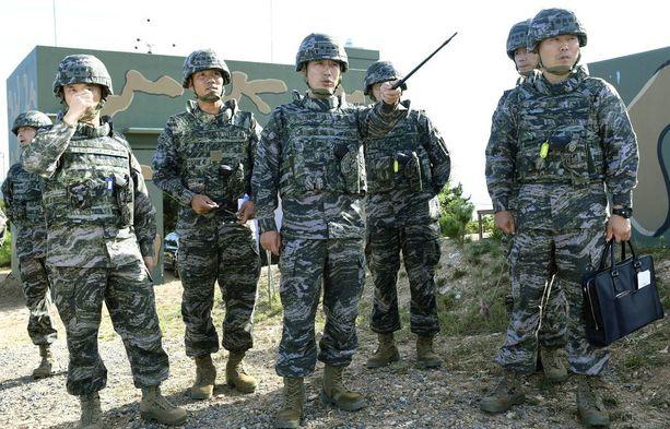 Etelä-Korean laivaston jäseniä kuvattiin Yeonpyeongin saarella lähellä Pohjois-Korean rajaa lauantaina.