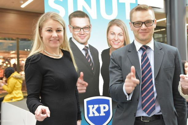 Kansalaispuolueen Piia Kattelus ja Sami Kilpeläinen erottivat Paavo Väyrysen osana hallitusta.