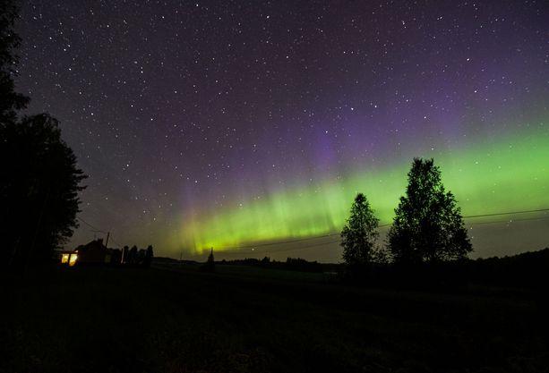 Tältä näyttivät revontulet Nurmeksessa sunnuntain ja maanantain välisenä yönä. Kuvaajan mukaan revontulia ja tähdenlentoja näkyi paljon.