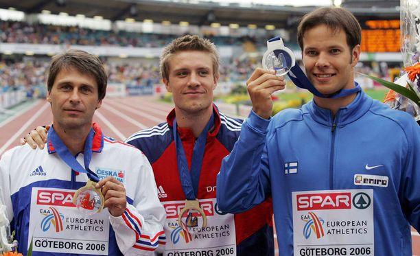 Jan Zelezny (vas.) oli 40v-vuotiaana EM-pronssilla vuonna 2006. Tero Pitkämäki, tuolloin 23, sai hopeaa. Kisan voitti keskellä seisova Andreas Thorkildsen.