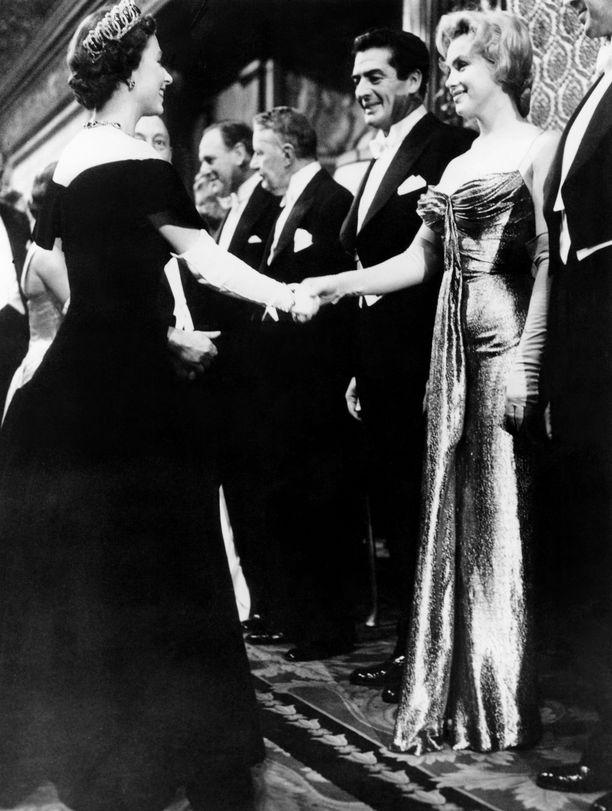 Kuningatar Elizabeth II ja aina yhtä naisellinen Marilyn Monroe vuonna 1956.