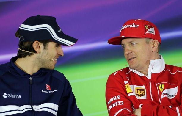 Kimi Räikkönen ja Antonio Giovinazzi (vasemmalla) saattavat olla ensi kaudella tallitovereita Sauberilla. Kuva vuoden 2017 Kiinan GP:stä, jossa Giovinazzi ajoi toistaiseksi viimeisimmän F1-osakilpailunsa tuuratessaan Pascal Wehrleinia juuri sveitsiläistallissa.