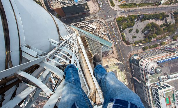 Tässä kiipeilijäsankari on kavunnut 333-metrisen pilvenpiirtäjän katolle Shanghaissa.