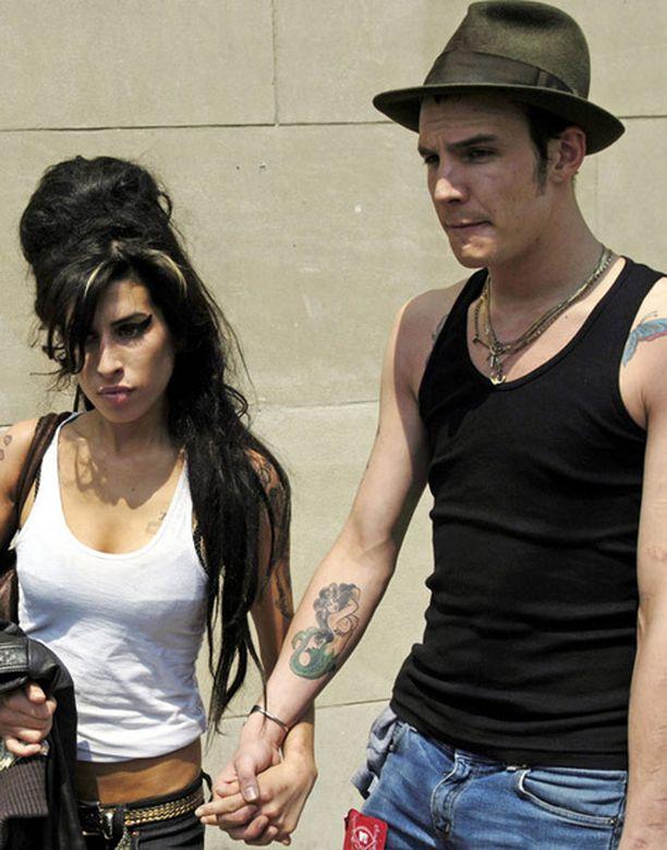 Amy haluaa takaisin ex-vanki Blaken, jolla huhutaan olleen muita naisia suhteen aikana.