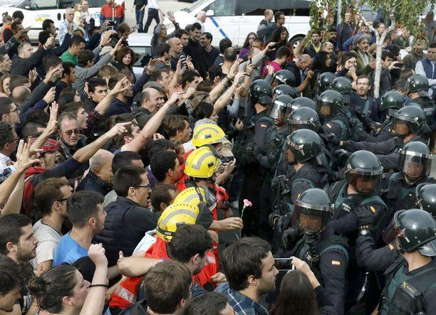 Palomiehet suojelivat äänestäjiä eri puolilla Kataloniaa. Kuva on Barcelonasta.
