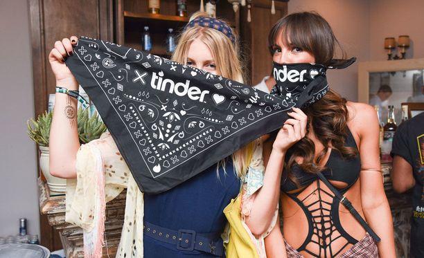 Tinderin järjestämiin bileisiin osallistuvat naiset saattavat hyvin löytyä myös Tinder Selectistä.
