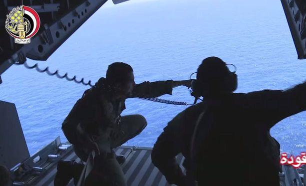 Egpytin armeija on ollut mukana etsimässä turmakoneen osia merestä.
