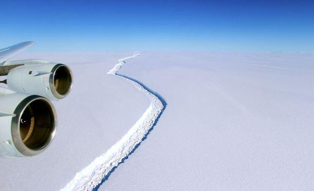 Nasan vuoden 2016 ilmakuvissa näkyy noin sata metriä leveä halkeama.