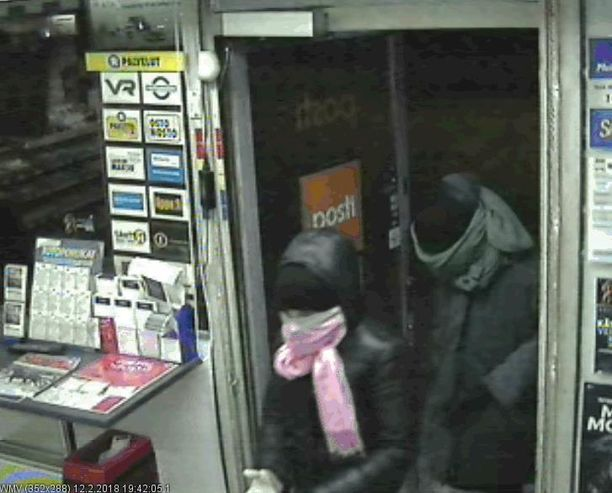 R-Kioski ryöstettiin maanantai-iltana. Poliisi etsii kuvassa näkyviä epäiltyjä.