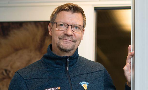 Jukka Jalonen valmistaa nuorten maajoukkuetta kohti tapaninpäivänä alkavia MM-kisoja.