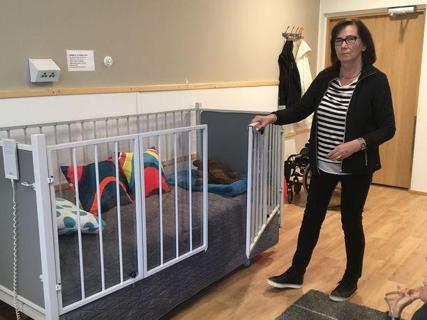 Anna Maija Hyttinen on pahoillaan sängyn rakentajan ja Honkalammen henkilökunnan joutumisesta tahtomattaan keskelle sänkykohua.