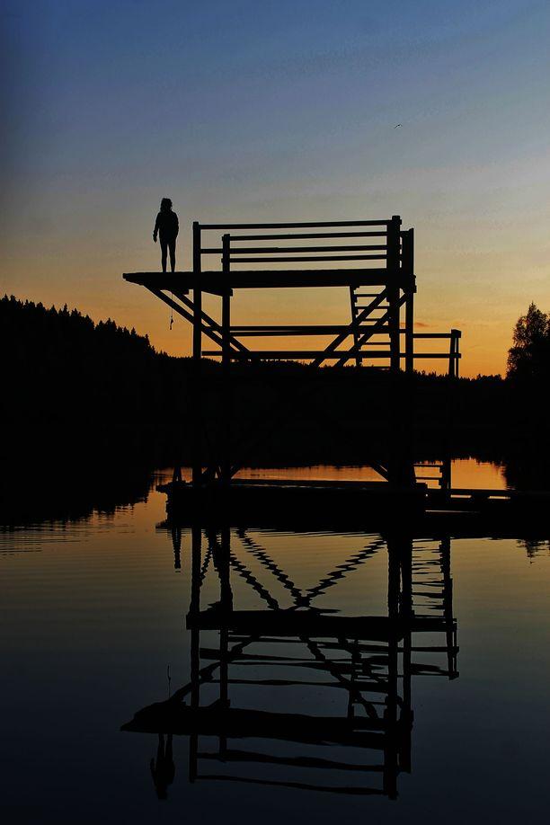 Yksinäinen uimari valmistautuu hyppyyn Jyväskylässä.